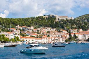 クロアチアの港町周辺のボートと街並みの美しい眺めの写真素材 [FYI01614081]