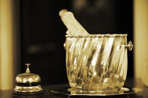アンティークベルとシャンパンの写真素材 [FYI01614086]
