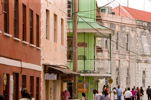 カラフルな壁の首都ブリッジタウンの町並みの写真素材 [FYI01614093]