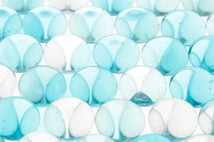 水に浸かった青いビー玉の写真素材 [FYI01614116]