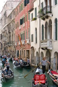 水路を走る優美なヴェネツィアンゴンドラの写真素材 [FYI01614202]