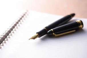万年筆とノートの写真素材 [FYI01614217]