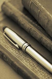 洋書の上のペンの写真素材 [FYI01614236]