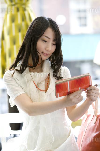 ブティックで買い物をする日本人女性の写真素材 [FYI01614240]