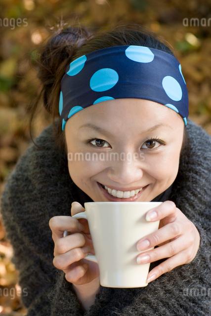 カップを持っている20代女性の写真素材 [FYI01614247]
