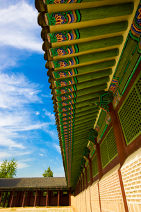 景福宮内の勤政殿のカラフルで美しい庇装飾の写真素材 [FYI01614290]