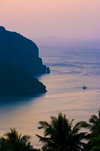夕暮れのピピ島の海の写真素材 [FYI01614298]
