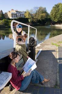 ロンドンの川辺で本を読む日本人女性2人の写真素材 [FYI01614326]