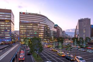 JR博多駅前の夕景の写真素材 [FYI01614328]