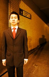 ビジネスマンと影の写真素材 [FYI01614341]