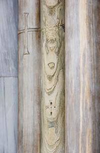 教会の柱に刻まれたクロスの写真素材 [FYI01614344]