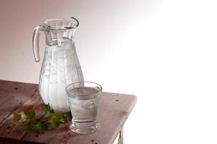 サイドテーブルにグラスと水差しの写真素材 [FYI01614349]