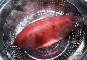 蒸したサツマイモの写真素材 [FYI01614359]