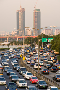 オリンピック高速道路の夕方の渋滞の写真素材 [FYI01614367]