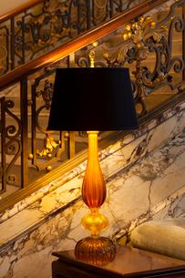 ラグジュアリーな空間とホテルロビーのランプの写真素材 [FYI01614374]