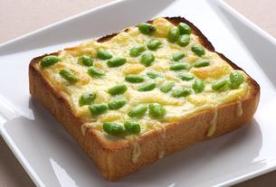 チーズと枝豆の乗せトーストの写真素材 [FYI01614448]
