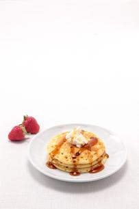 メープルシロップをかけたパンケーキの写真素材 [FYI01614449]