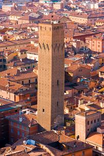 ボローニャの街にそびえる塔の写真素材 [FYI01614478]