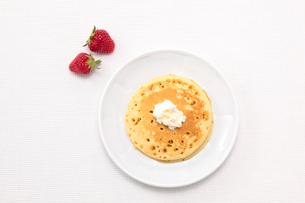 パンケーキとクリームといちごの写真素材 [FYI01614484]