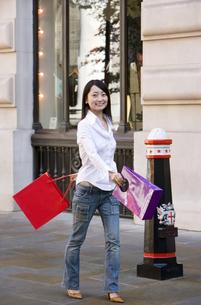 ショッピングをする日本人女性の写真素材 [FYI01614492]