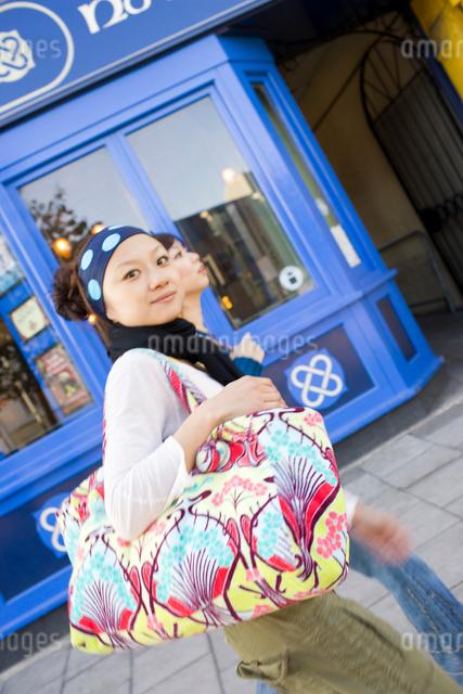 ロンドンの街中を歩く20代女性2人の写真素材 [FYI01614589]