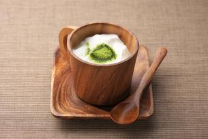 ヨーグルトに粉末緑茶の写真素材 [FYI01614675]