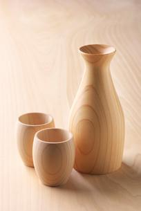 檜のテーブルに置かれた檜の酒器の写真素材 [FYI01615094]