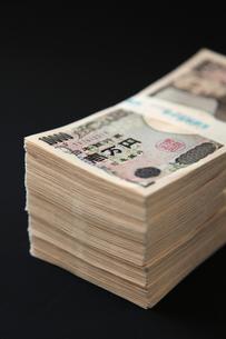 一万円札の札束の写真素材 [FYI01615204]