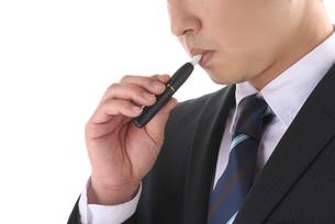 電子タバコを吸う男性の写真素材 [FYI01615220]