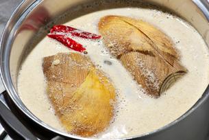 筍を煮るの写真素材 [FYI01615231]