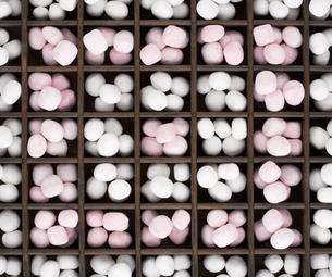 キャンディーボックスの中のキャンディーの写真素材 [FYI01615233]