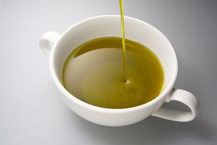 緑果搾りのオリーブオイルの写真素材 [FYI01615264]