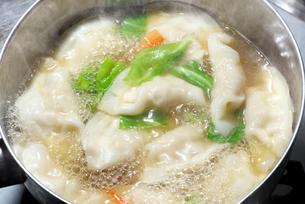 餃子と野菜を煮るの写真素材 [FYI01615286]