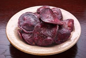 紫芋のチップスの写真素材 [FYI01615303]