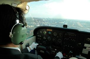 小型飛行機を操縦するパイロットの写真素材 [FYI01615306]