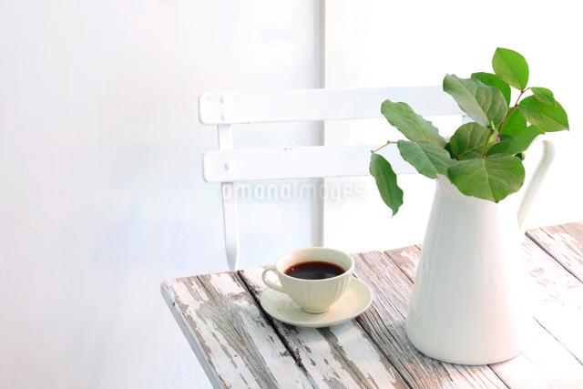 水差しに活けたレモングラスの枝とコーヒーの写真素材 [FYI01615368]