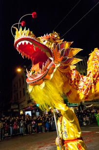チャイナタウンの旧正月の春節伝統行事の豪華なドラゴンの写真素材 [FYI01615466]
