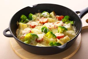 野菜にとろけるチーズの写真素材 [FYI01615474]