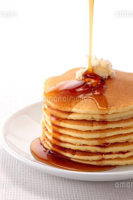 メープルシロップをかけたパンケーキの写真素材 [FYI01615499]