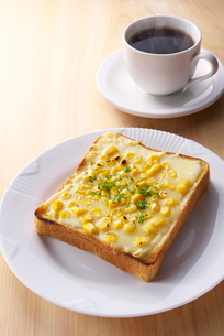 トウモロコシとチーズの乗せトーストの写真素材 [FYI01615507]