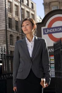 ロンドンの地下鉄の入口に立つ女性の写真素材 [FYI01615534]