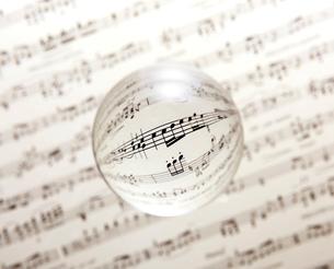 クリスタル球に音符の写真素材 [FYI01615601]
