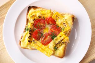 トウモロコシとトマトの乗せパンの写真素材 [FYI01615606]