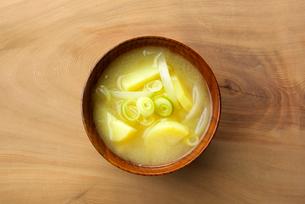 ジャガイモの味噌汁の写真素材 [FYI01615630]