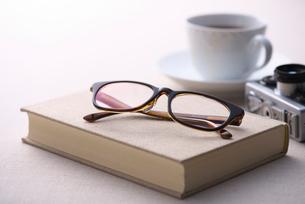 本の上に置かれたメガネの写真素材 [FYI01615730]