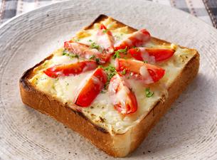 トマトとチーズの乗せトーストの写真素材 [FYI01615751]