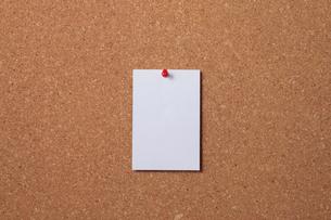 コルクボードに貼った白い紙の写真素材 [FYI01615914]