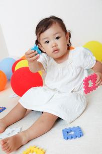 カラフルな知育玩具で遊ぶ女の子の写真素材 [FYI01615983]