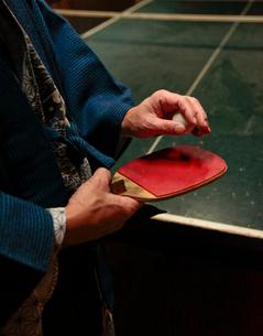 浴衣で卓球をする男性の写真素材 [FYI01616064]