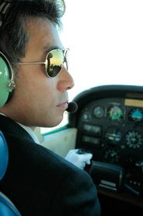 小型飛行機を操縦するパイロットの写真素材 [FYI01616084]